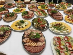 晩餐会の食事の内容。チーズやハムが乗ったお皿がたくさん