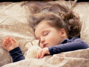 女の子が寝ている写真