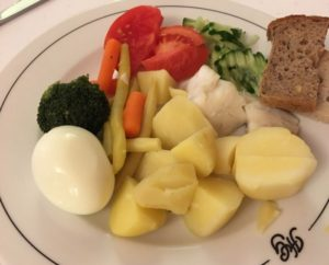 じゃがいも、たまご、野菜がのったお皿