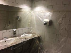 トイレがビニールで覆われている